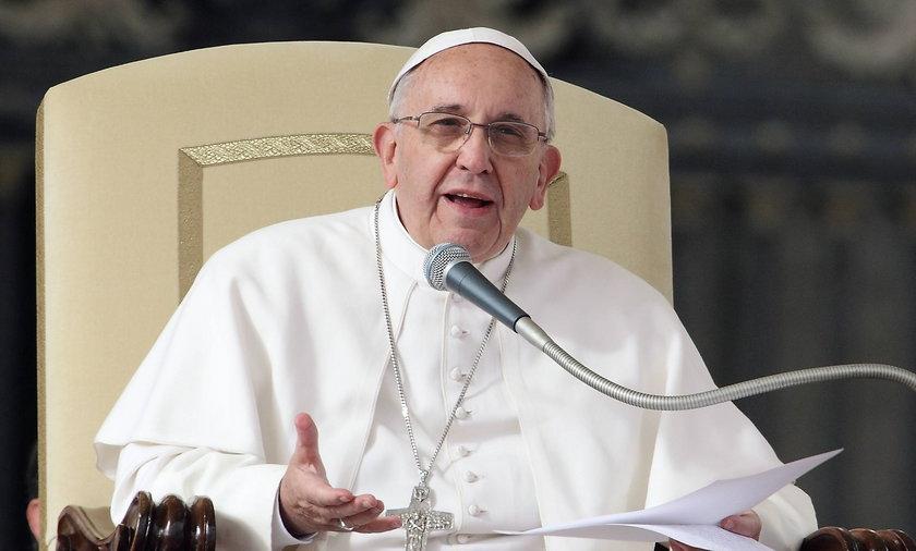 Papież Franciszek i człowiek bez twarzy.