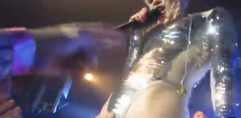 Piosenkarka obmacywana przez fanów na koncercie