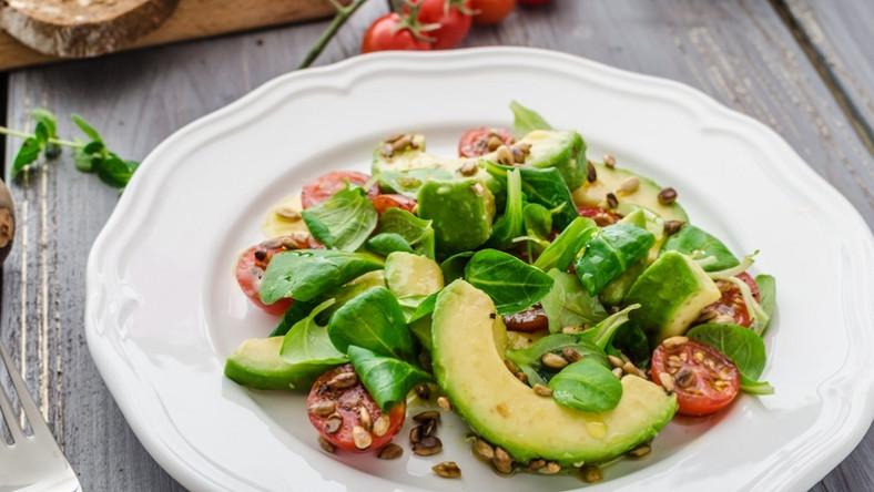 SKŁADNIKI: •2 awokado •300 g świeżego szpinaku •100 g Chrupiącej sałatki Bakalland •6 pomidorków koktajlowych •pieprz •sól SOS: •1 łyżka oliwy z oliwek •1 łyżka octu balsamicznego •½ łyżki octu jabłkowego •½ łyżki musztardy Dijon •½ łyżki miodu PRZYGOTOWANIE Awokado obieramy ze skórki, kroimy w plasterki. Pomidorki koktajlowe kroimy na połówki. Dodajemy liście szpinaku i Chrupiącą sałatkę. Doprawiamy wszystko solą i pieprzem. Przygotowując sos mieszamy z sobą wszystkie składniki. Gotową sałatkę, polewamy sosem bezpośrednio przed podaniem.