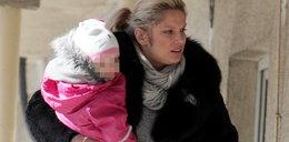 Liszowska z córką na rękach pędzi do...