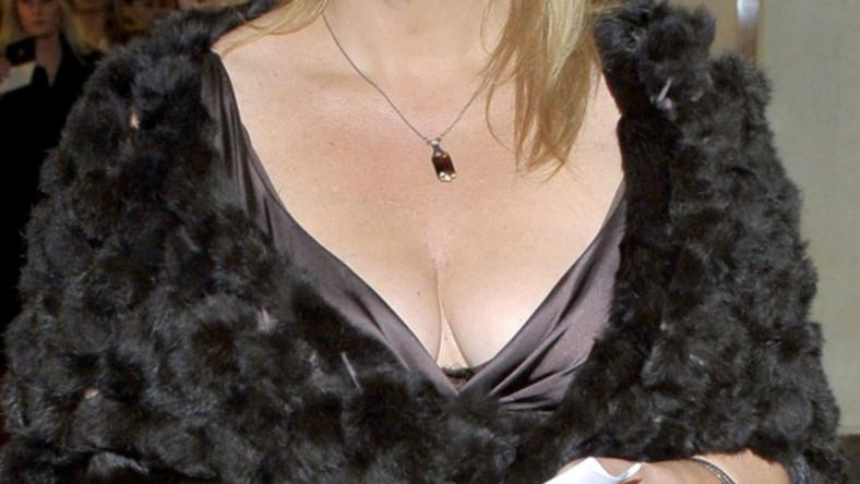W wydekoltowanej sukni śpiewaczka pojawiła się na premierze w Operze Narodowej