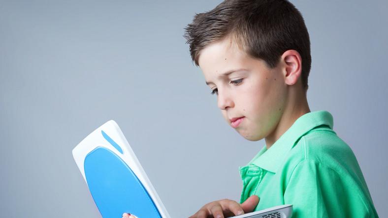 Dziecko gra na komputerze