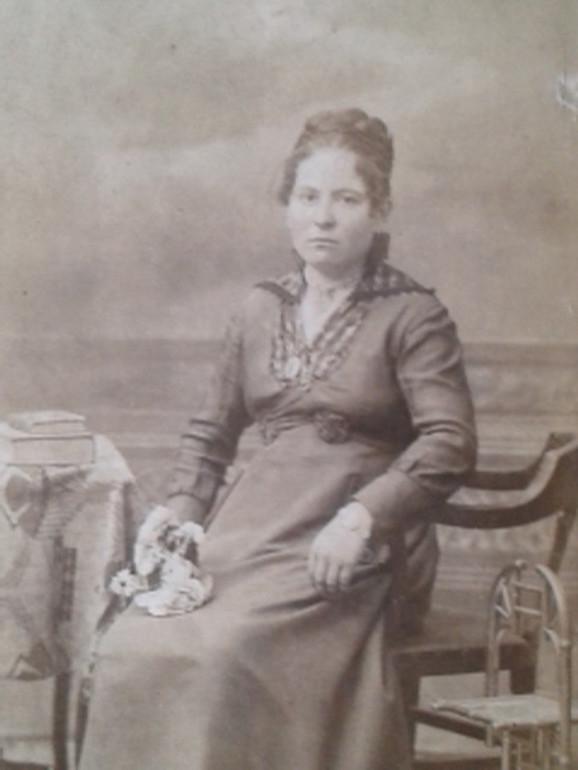 Kristina Lazić, sestra Viktorovog dede, koja je podržavala razvoj biblioteke i bila jedna od obrazovanijih žena svog doba