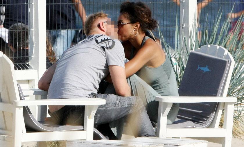 Omenaa Mensah na plaży z partnerem