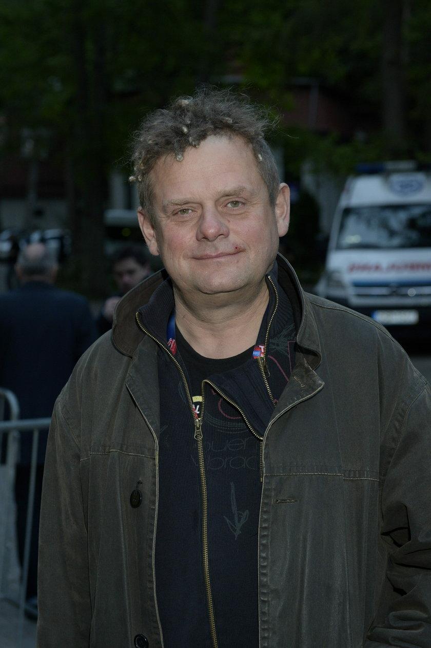 Kazik Staszewski pozuje do zdjęcia w czarnej bluzie