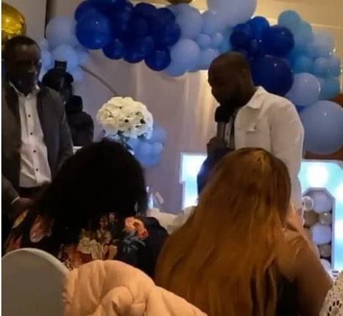 Davido giving a speech during his son's naming in London. (Bankulli)