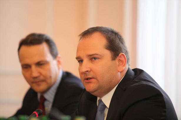 Politycy partii rządzącej od dawna oskarżają Arabskiego o zaniedbania w czasie organizacji tragicznego lotu prezydenta Kaczyńskiego do Smoleńska