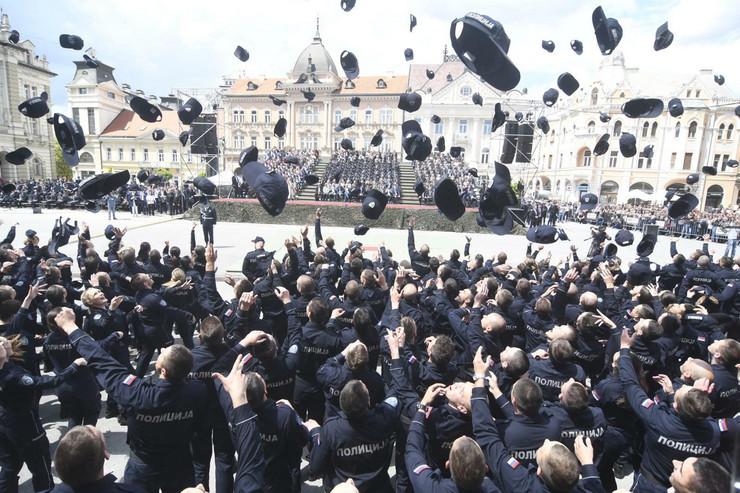 novi sad 123 promocija 17 i 18 klase policajaca i vatrogasaca trg slobode aleksandar vucic foto robert getel_preview