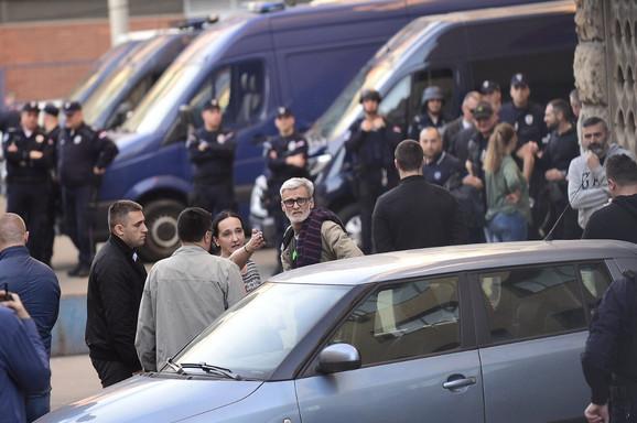 Roditelji uhapšenih ispred stanice policije