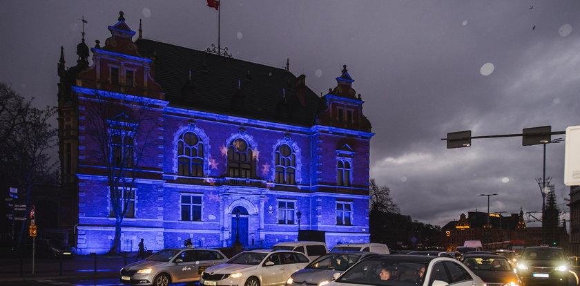 Gdańsk podświetlony na niebiesko. To protest. O co chodzi?