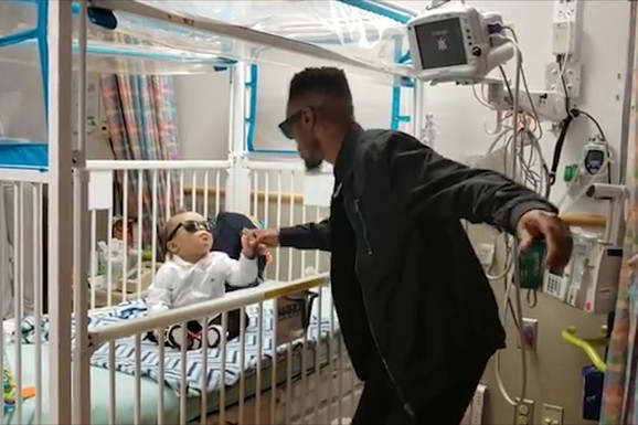 Njegov dvogodišnji sin je POBEDIO RAK, a način na koji je proslavio tu vest ulepšaće vam dan (VIDEO)