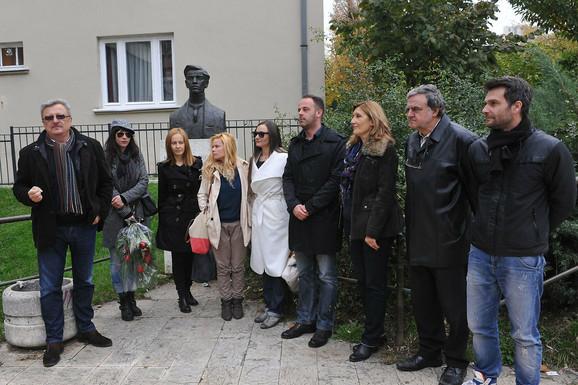 Užički glumci pred spomen bistom Milutina Uskokovića
