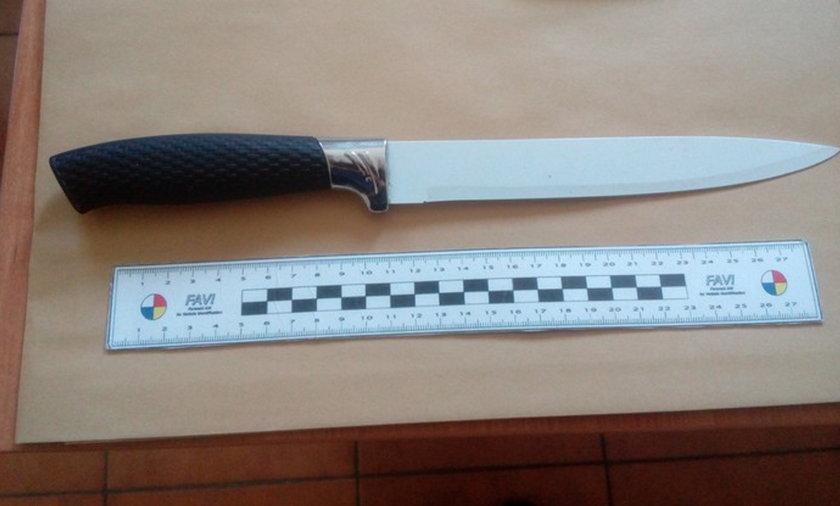 Tym nożem zaatakował policjantów.