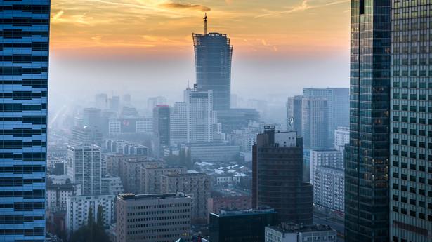 Widok z Pałacu Kultury i Nauki na Warszawę spowitą smogiem