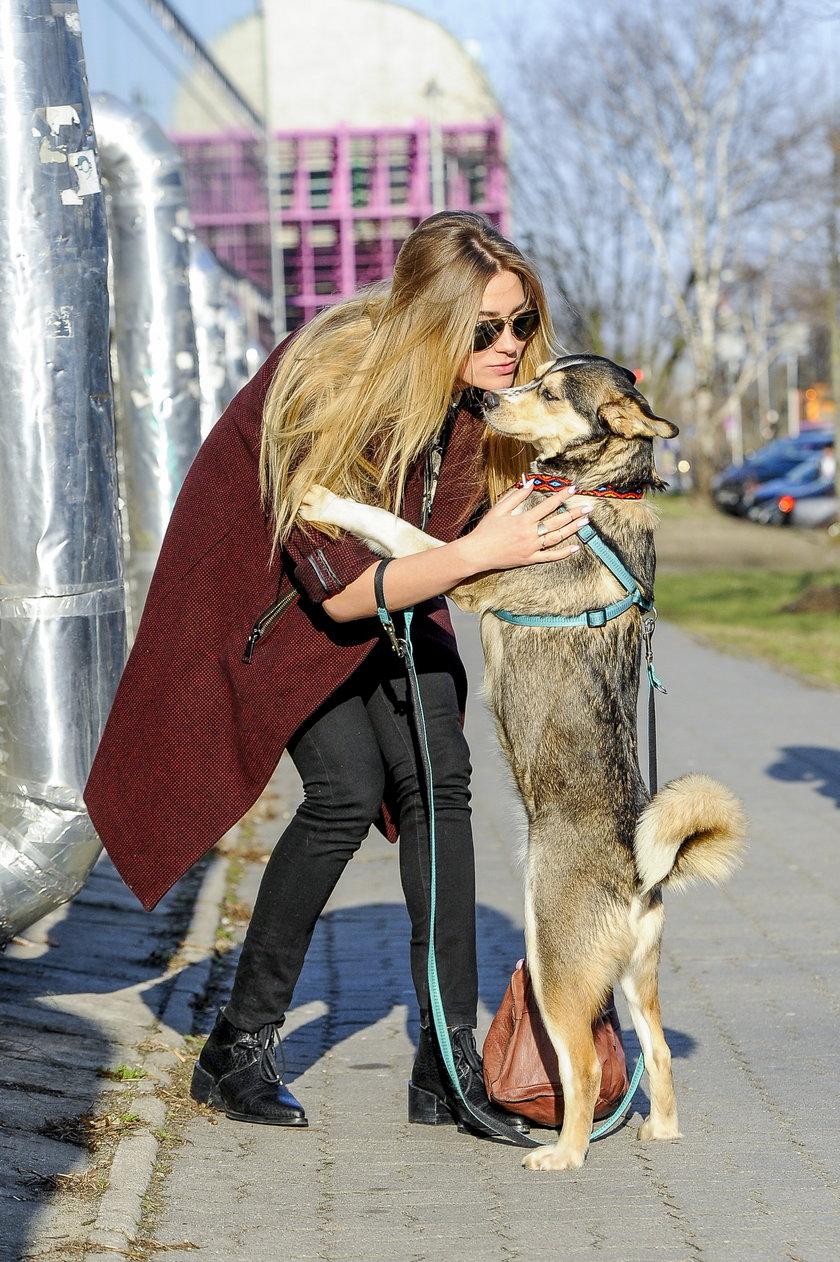 Marcelina Zawadzka z psem ze schroniska