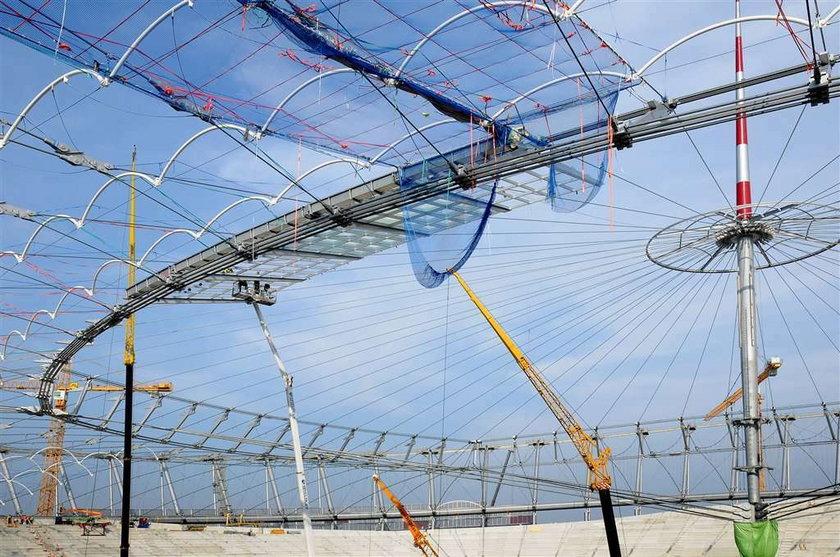 Montują szklany dach na Narodowym
