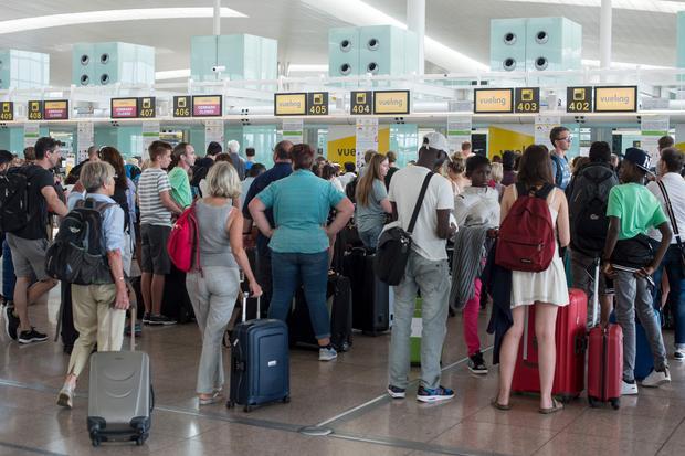 Odprawa pasażerów linii Vueling na lotnisku El Prat koło Barcelony