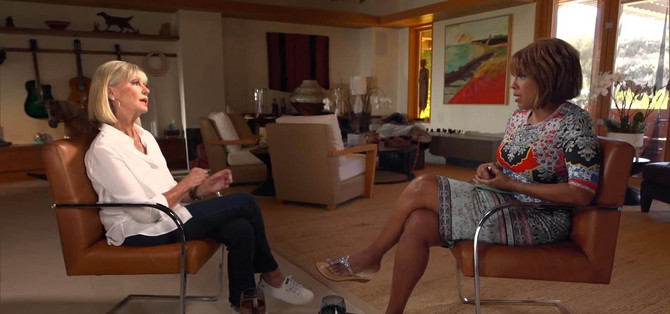 Olivija Njutn Džon u razgovoru sa novinarkom