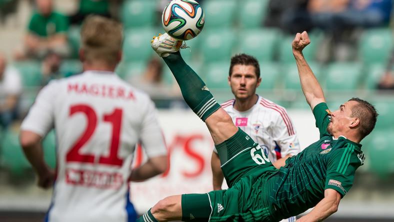 Zawodnik Śląska Wrocław Peter Grajciar (P) strzela przewrotką w kierunku bramki Górnika Zabrze podczas meczu grupy mistrzowskiej T-Mobile Ekstraklasy