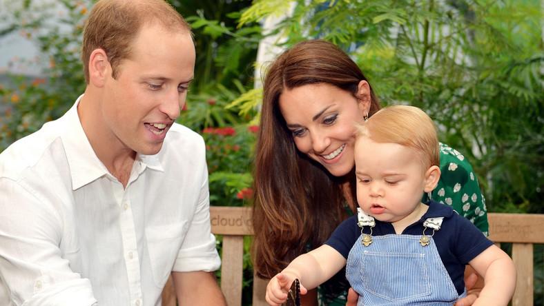 """Potomek księżnej Katarzyny i księcia Wilhelma przyszedł na świat 22 lipca 2013 roku. Z okazji pierwszych urodzin następcy tronu zostanie wypuszczona do sprzedaży złota moneta o nominale 5 funtów, którą będzie można kupić za 80 funtów. Urodzinowy bankiet """"royal baby"""" składa się z 2 części. Pierwsza odbyła się w minioną sobotę w domu państwa Middleton. Druga będzie miała miejsce w posiadłości królewskiej Kensington."""