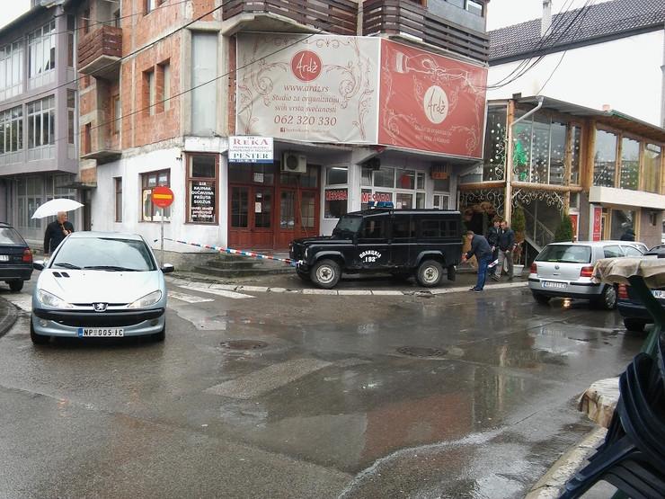 Policija obezbedjuje mesto na kojem se nalazi bomba