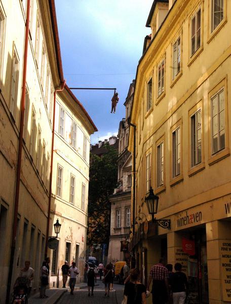 Praga, Wisielec - rzeźba Davida Cernego
