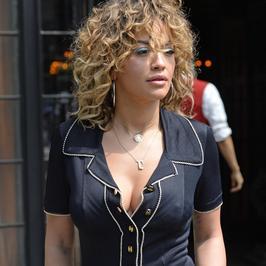 Rita Ora w nietypowych stylizacjach. Co ona na siebie założyła?!