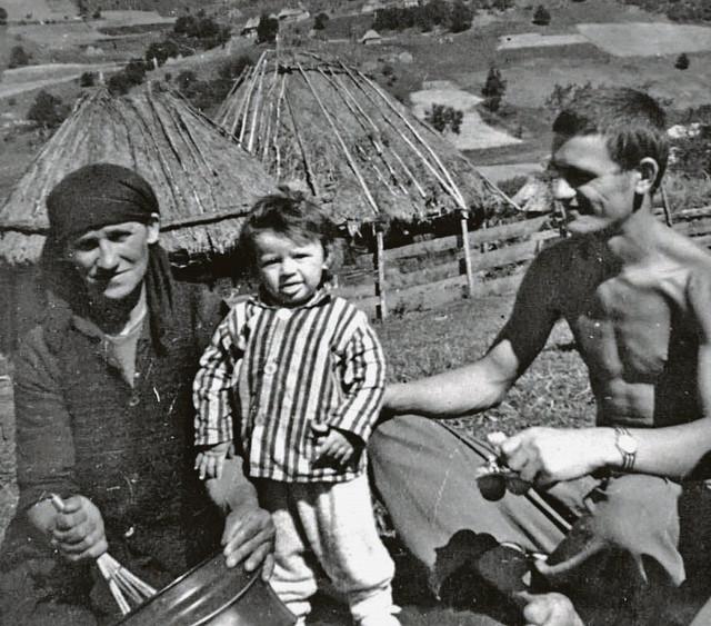 Stojan Brajović desno sa majkom i sinovcem