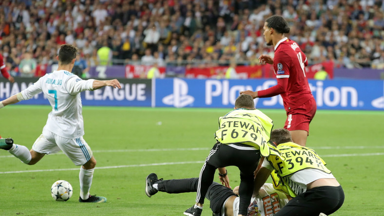 Wielki skandal w finale Ligi Mistrzów. Kibic przeszkodził Cristiano Ronaldo w strzeleniu gola
