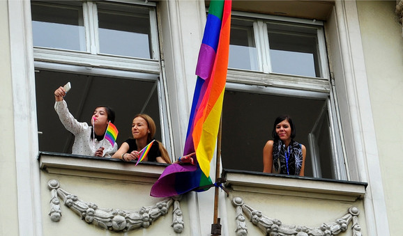 Učesnike Prajda Beograđani su pozdravljali sa prozora