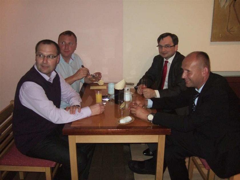Ziobro pije sake z kolegami! FOTO
