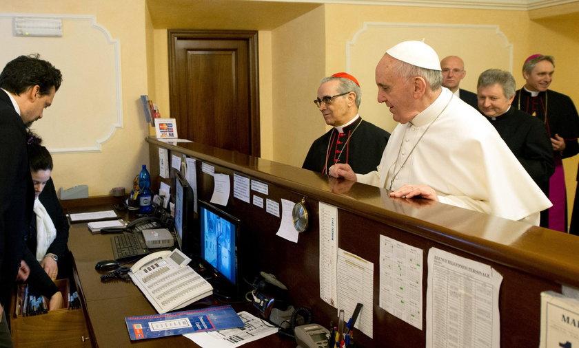 Papież płaci za siebie w hotelu.