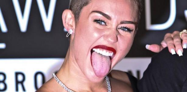 """Miley Cyrus, zwróciła uwagę świata przepełnionym erotyzmem występem w MTV. Redaktor naczelna magazynu Time Nancy Gibbs określiła ja mianem """"symbolu ery ekshibicjonizmu""""."""