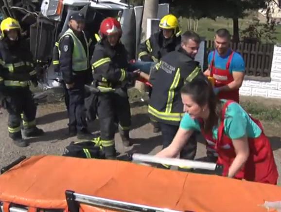 Vatrogasci su vozača izvukli iz kamiona