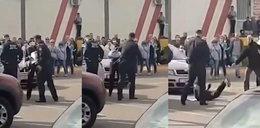 Milicjant znokautował kobietę, bo do niego podeszła. Wstrząsające nagranie!