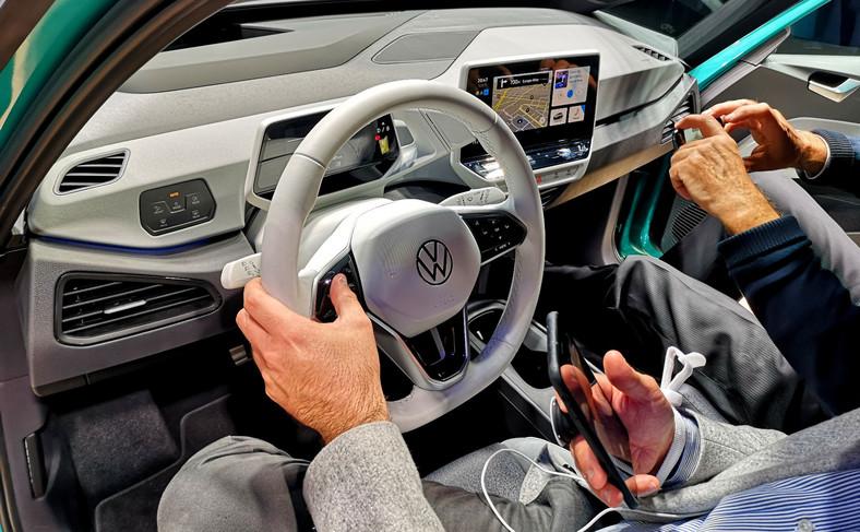 Na pokładzie nowy projekt kokpitu z elektronicznym wyświetlaczem za kierownicą i 10-calowym, ekranem multimediów na środku konsoli. Opcjonalny wyświetlacz head-up wykorzystuje technologię rozszerzonej rzeczywistości (augmented reality), dzięki której kierowca ma wrażenia, że najważniejsze informacje wyświetlane są nie tylko na przedniej szybie lecz także w zasięgu od 3 do 10 m przed autem