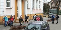 Ktoś nagabuje dzieci pod szkołami