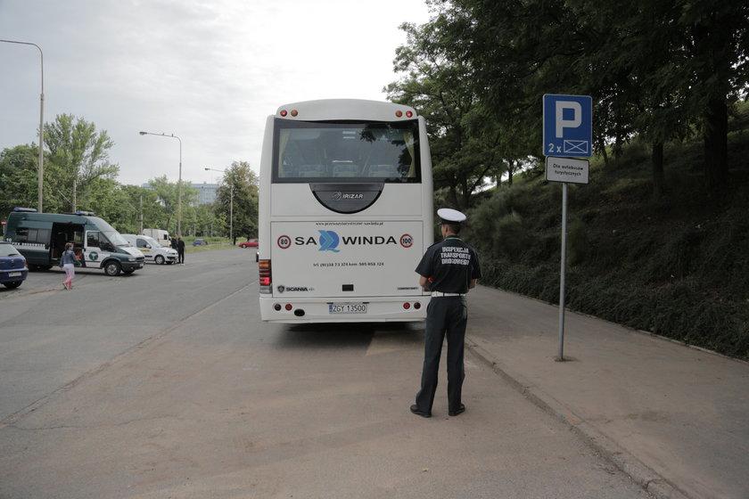 Inspektor ITD kontroluje autokar