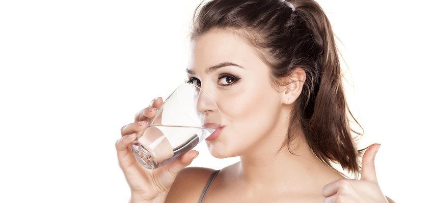 Woda mineralna - co oznacza pH wody? Jakie pH jest optymalne do picia?