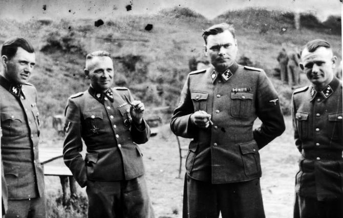 Jozef Mengele, skroz levo snimljen u Aušvicu