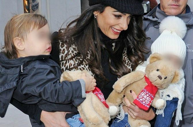 Amal Kluni prvi put sa blizancima u javnosti