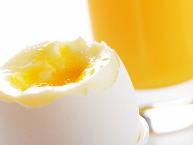 Skuvajte jaje predveče, prelijte ga OVIM i pojedite ujutro: Rezultat rešava zdravstveni problem koji MNOGE MUČI