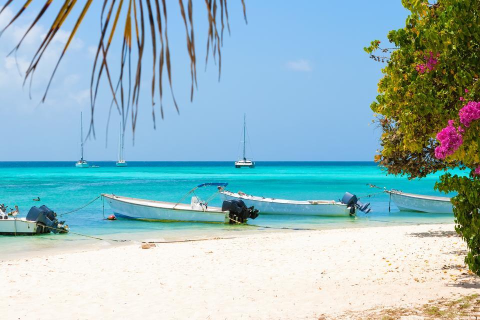 Los Roques w Wenezueli to prawdziwa oaza spokoju - biały piasek, błękitne niebo i czysta woda.