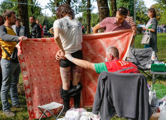 Doktori pružaju medicinsku pomoć demonstrantima nakon što su pušteni iz zatvora