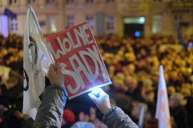"""Uczestnicy protestu pod hasłem """"Dziś sędziowie - jutro Ty"""", przeciwko nowelizacji ustawy o ustroju sądów powszechnych i Sądzie Najwyższym, 18 bm. przed siedzibą Sądu Okręgowego w Poznaniu"""