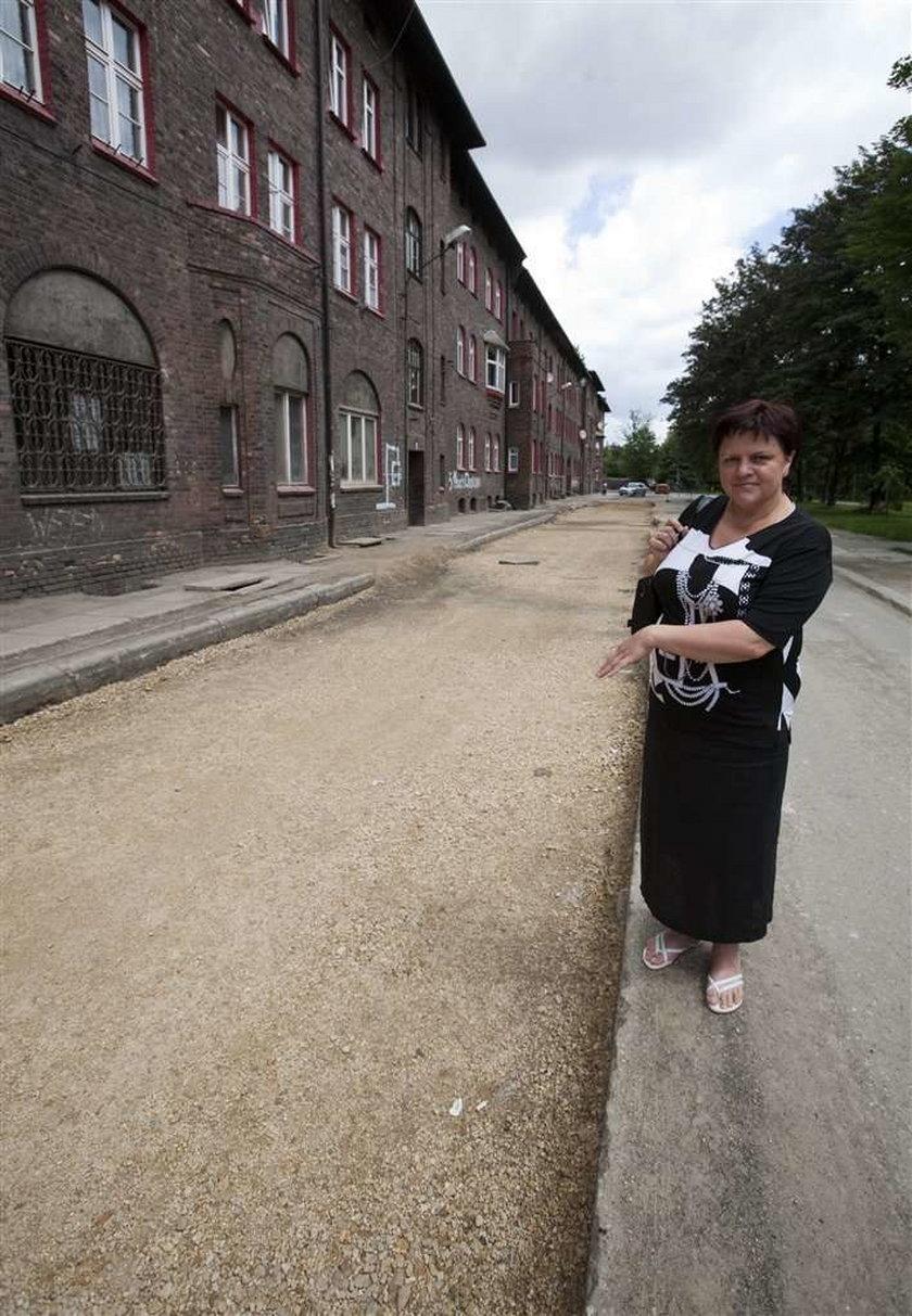 Mieszkańcy zabytkowej dzielnicy Katowic mają już dość remontów ulic. Pozostają rozkopane od dwóch miesięcy. W tym czasie przy wykopach nie pojawił się żaden robotnik. Nikt też nie poinformował ich, jak długo jeszcze potrwa taka sytuacja.