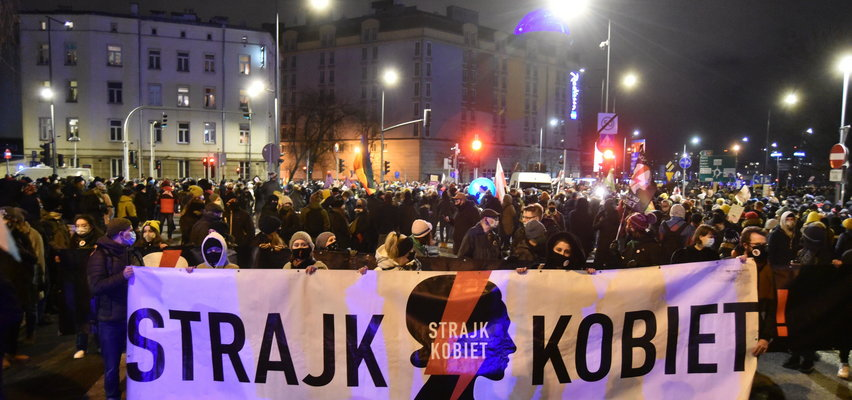 Trybunał Konstytucyjny opublikował uzasadnienie wyroku ws. aborcji. W Warszawie demonstranci dotarli pod siedzibę PiS. Relacja na żywo!