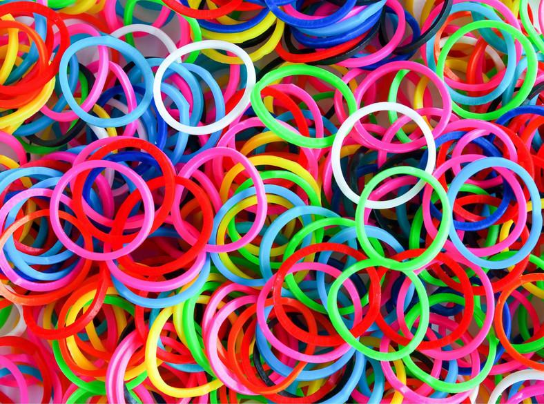 Gumki Loom Bands i Rainbow Loom, z których można zrobić bransoletki