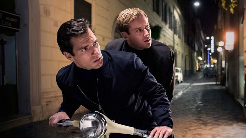 """Intryga nie jest najmocniejszą stroną """"Kryptonimu U.N.C.L.E."""" – to po prostu kolejna wariacja na temat kina szpiegowskiego sprzed kilku dekad, czerpiąca zarówno z oryginalnego serialu """"The Man from U.N.C.L.E."""" (nadawanego w latach 60. przez telewizję NBC), jak i filmów o Bondzie, w czym zresztą nie ma nic dziwnego, skoro Napoleona Solo również wymyślił Ian Fleming, twórca powieści o agencie 007."""
