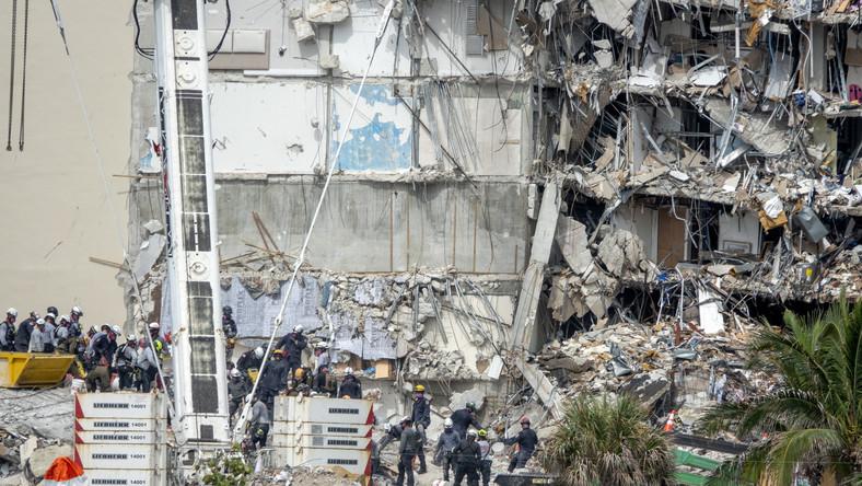 Poszukiwania ocalałych w ruinach zawalonego budynku